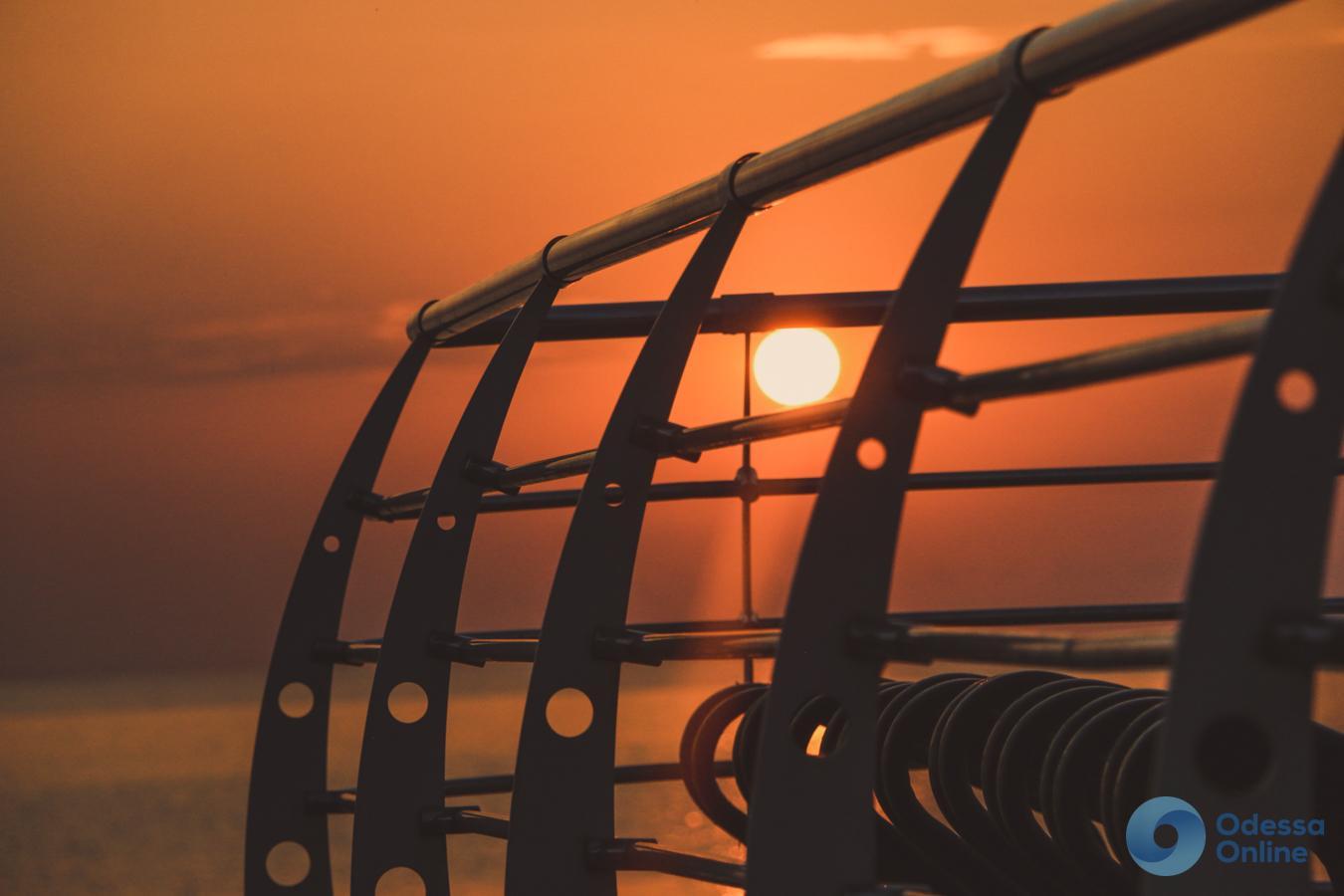 Одесса просыпается: рассвет над идеально спокойной морской гладью (фото, видео)