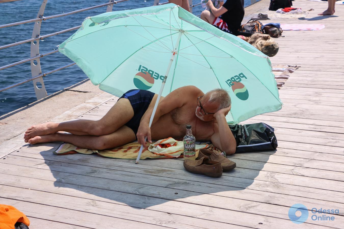 Все у моря, все в купальниках: утро понедельника на набережной Ланжерона (фоторепортаж)