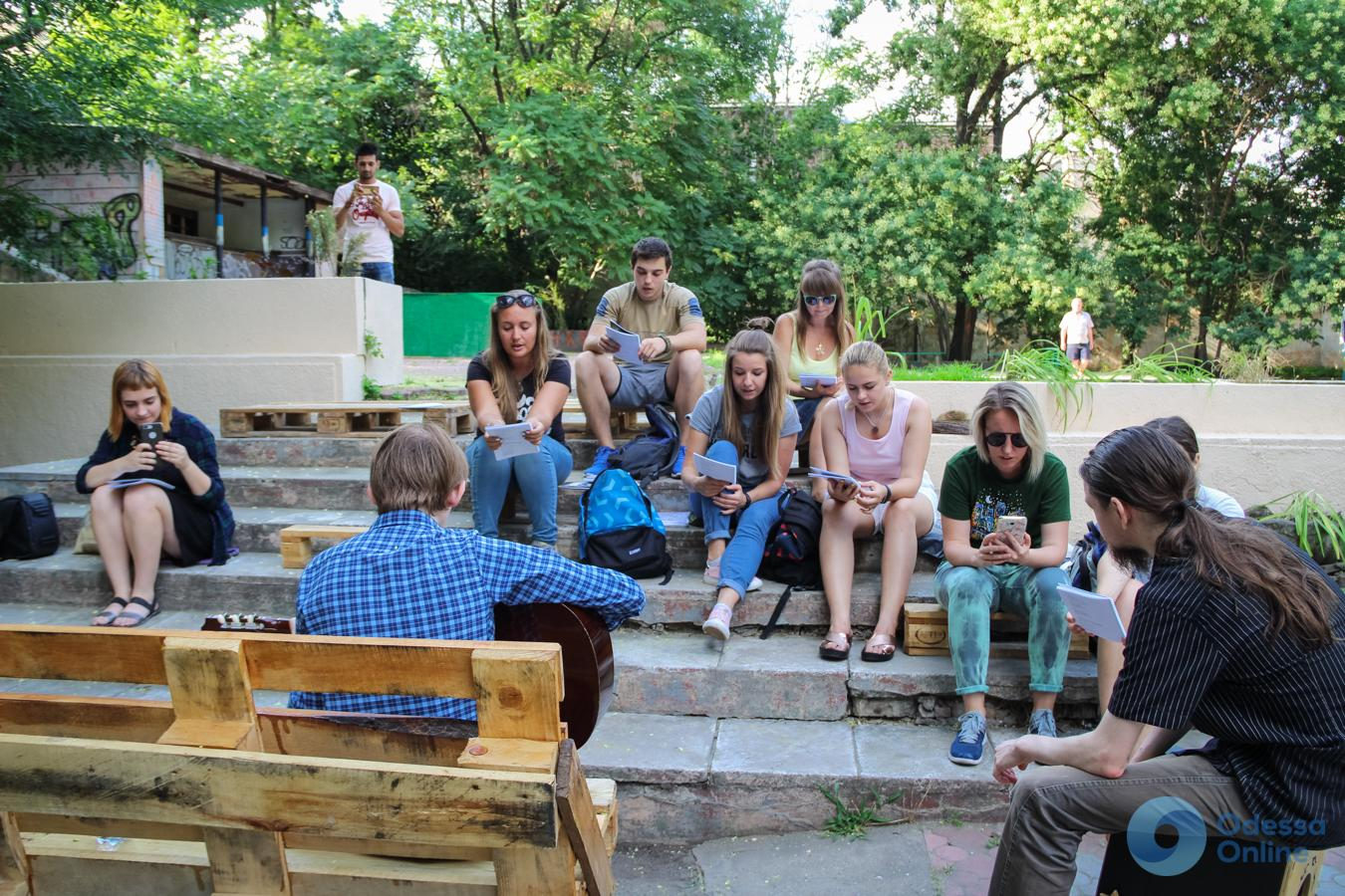 В Горсаду одесситы исполняли песни под гитару (фото)