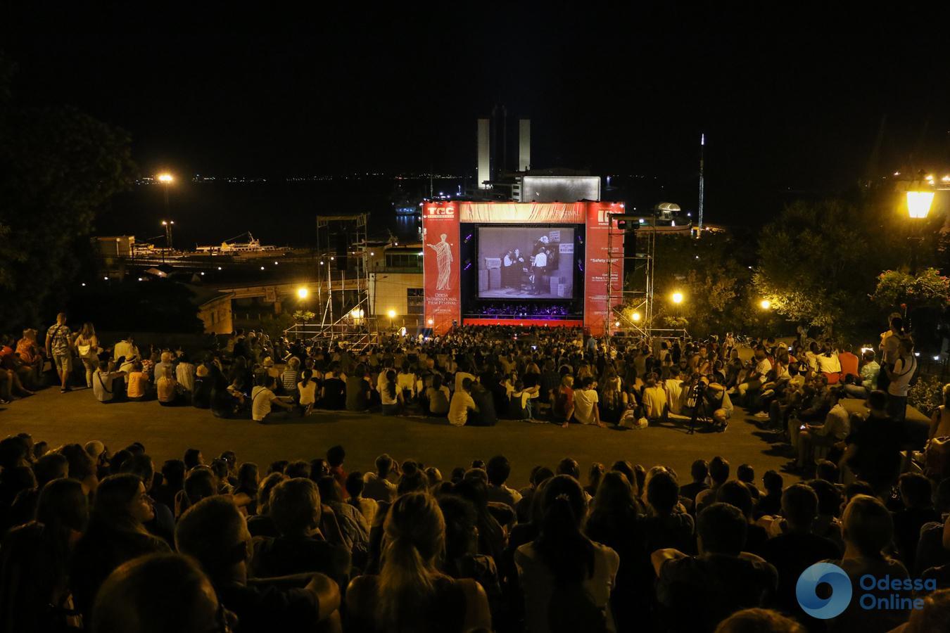 «Safety Last!»: вечерний кинопоказ под открытым небом собрал тысячи одесситов (фото)