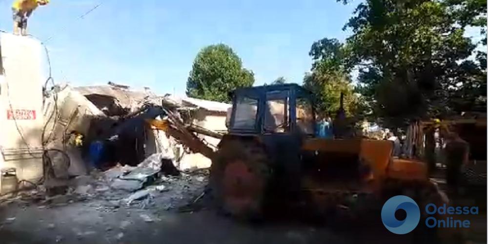В Одессе бульдозером снесли незаконную автомойку (видео)