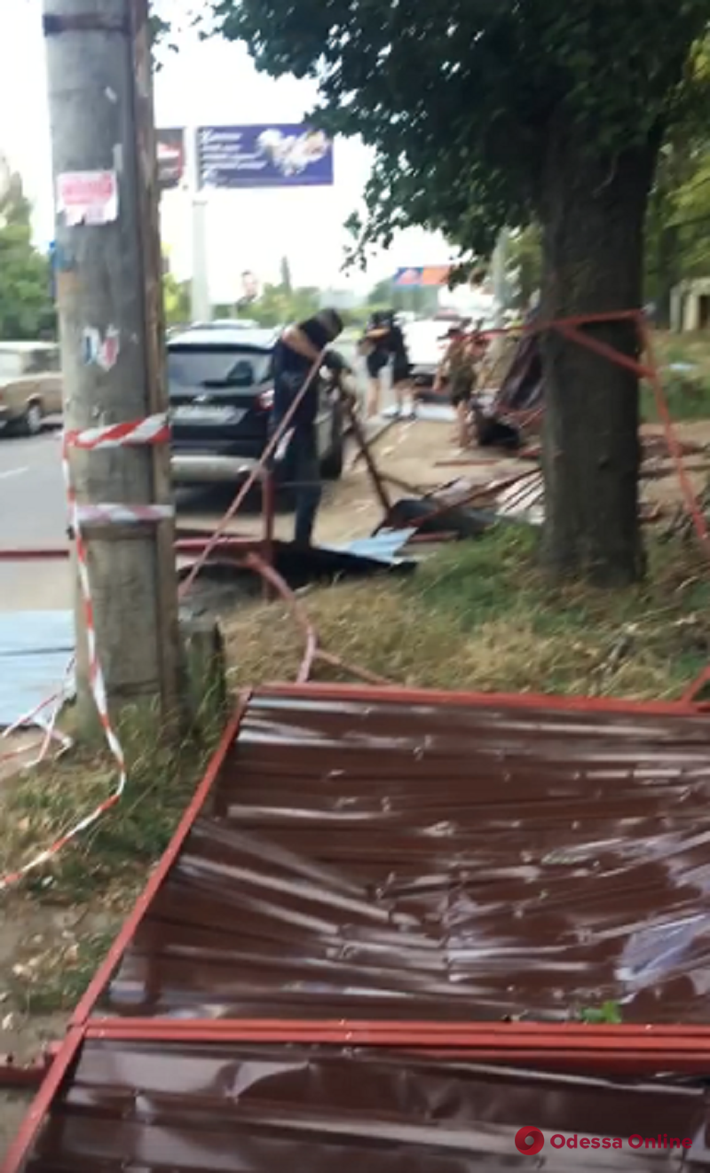 Одесса: активисты демонтировали забор вокруг зеленой зоны на Таирова