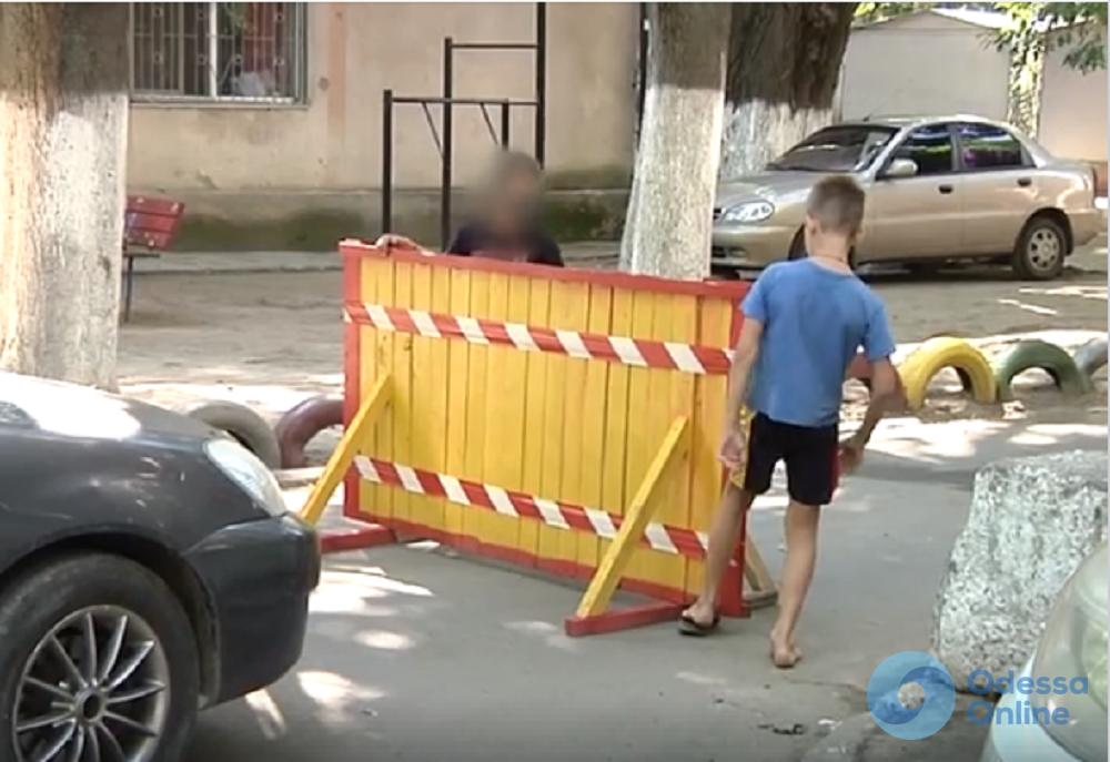 Требуют денег: в Одессе дети перекрыли межквартальный проезд (видео)