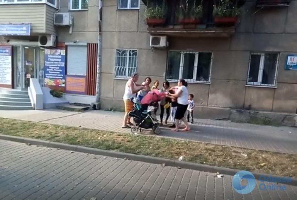 В Одессе ромки устроили драку: их разнимали прохожие (видео)