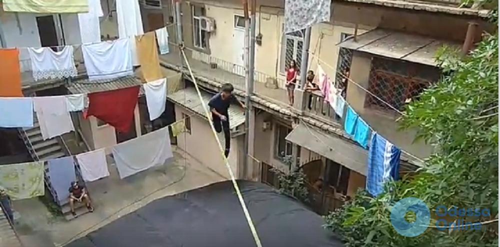 Экстрим в одесском дворе: японец выполнял акробатические трюки на канате (видео)