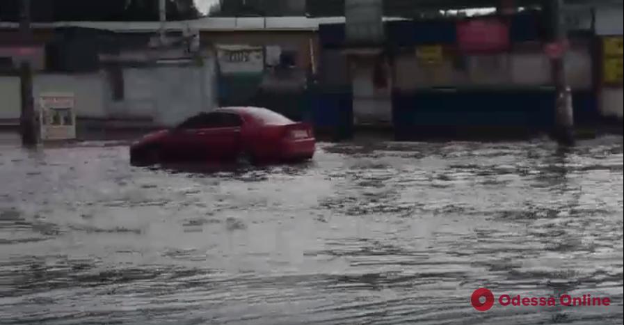 В Одессе на улице Промышленной случился потоп (видео)
