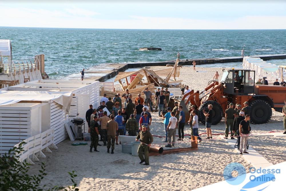 Пляж на 10-й станции Большого Фонтана очищают от самостроев