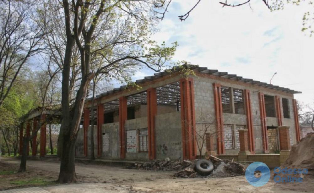 В Преображенском парке не торопятся благоустраивать заброшенное кафе