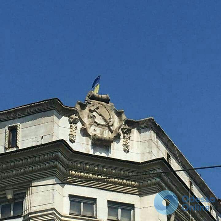 Здание Приморского военкомата в Одессе «украшают» советские символы