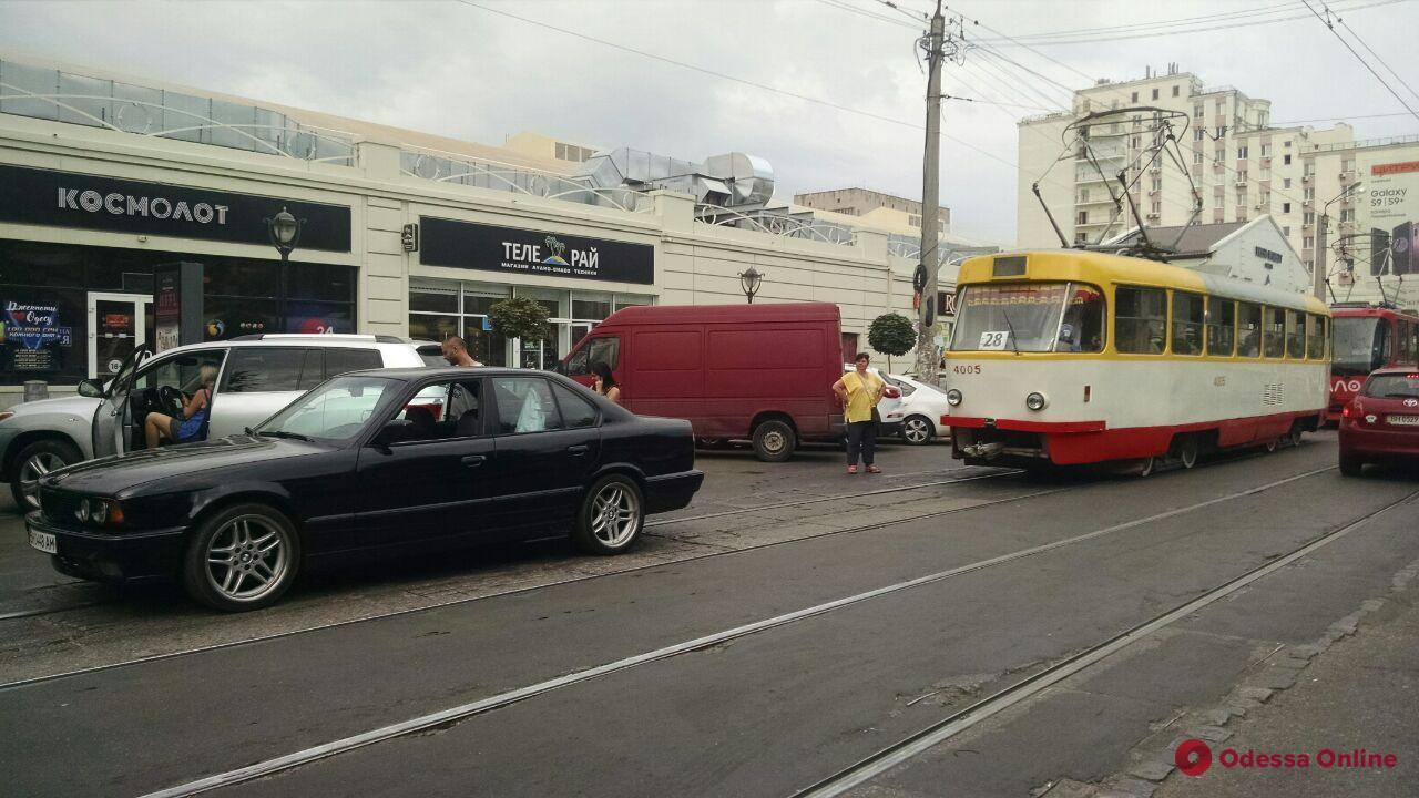 Одесса: автоледи дважды врезалась в одну и ту же машину