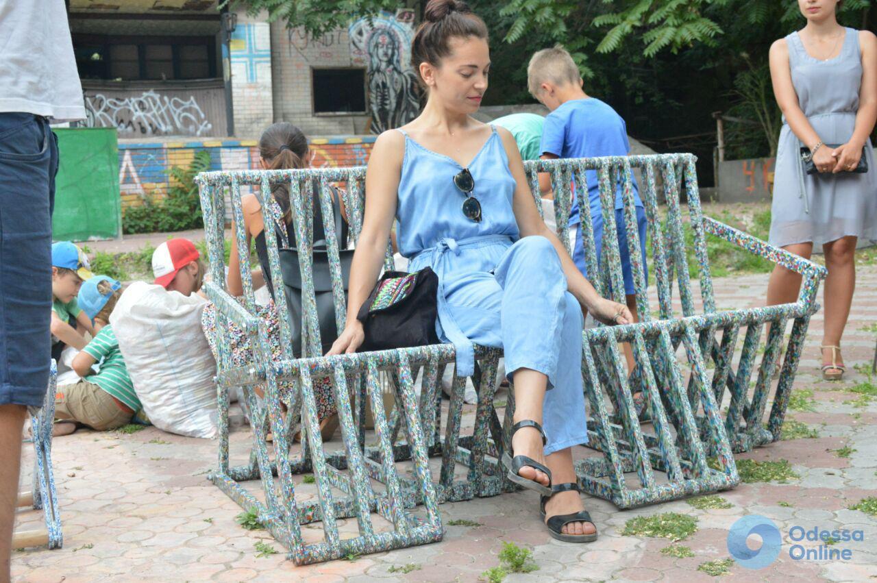 Первый пошел: в Одессе презентовали пластиковую скамейку