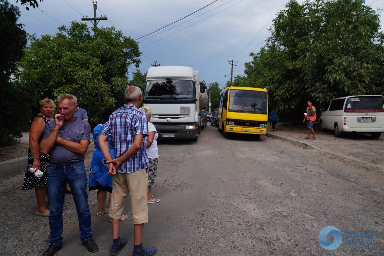 Одесская область: жители села Усатово перекрыли дорогу (фото)