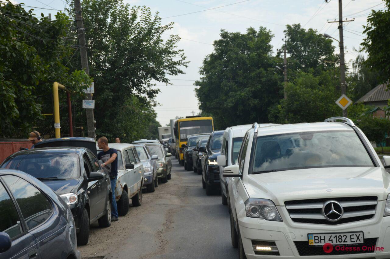 Перекрывали дорогу: жители Усатово спровоцировали акцию протеста на Хаджибеевской дороге (фото)