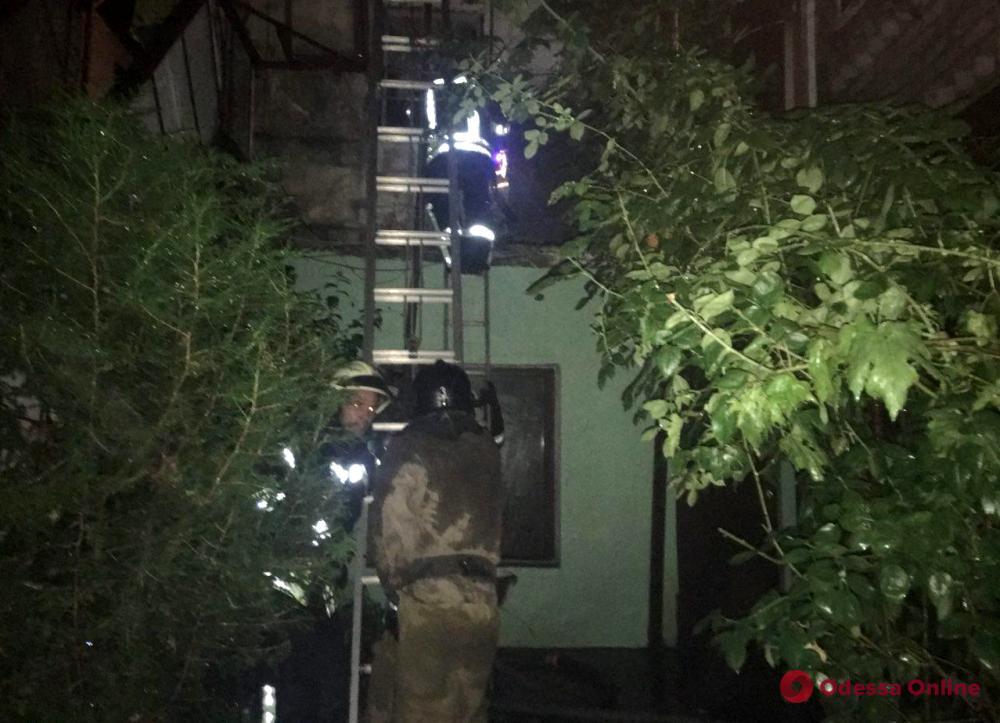 Одесса: спасатели тушили пожар на улице Косвенной