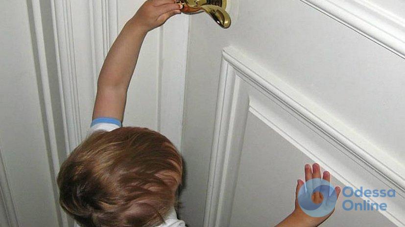В Черноморске полуторагодовалый ребенок заперся в летней кухне
