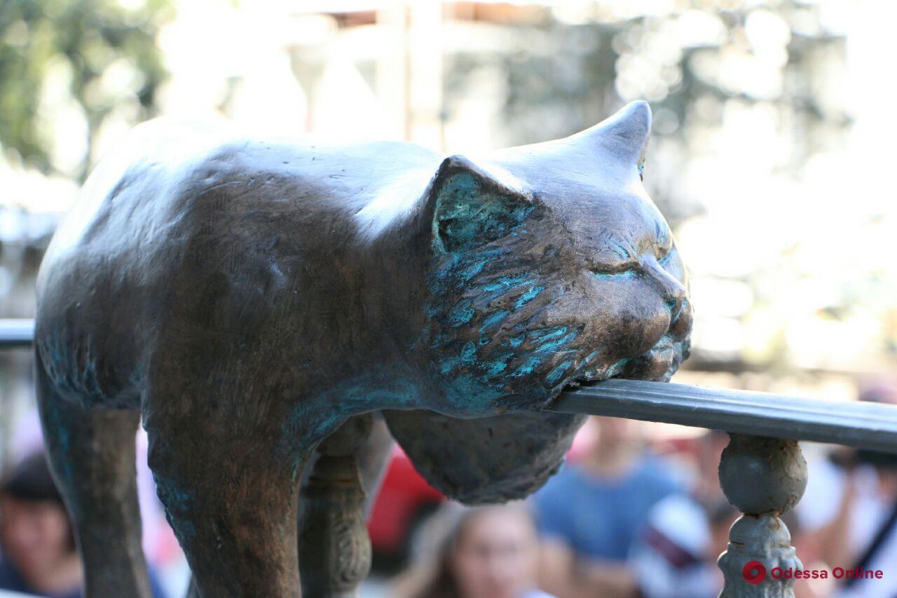 В Одессе установили скульптуру офисного кота