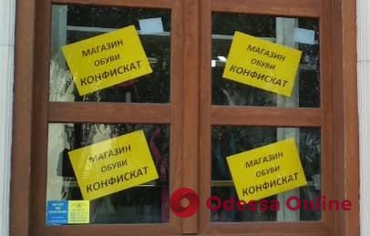 c083ba96819d Теперь окна  «Конфискат» на Греческой продолжает «радовать» уродливой  рекламой