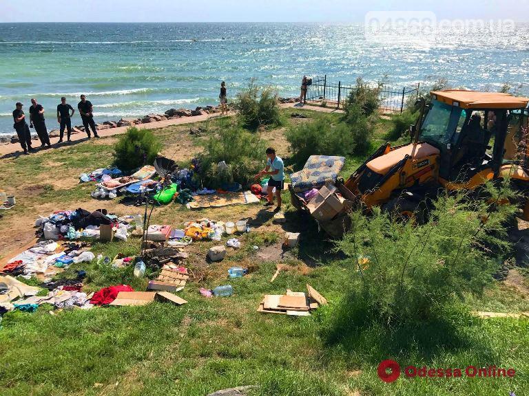 Грязь и антисанитария: в Черноморске ликвидировали стихийный палаточный городок