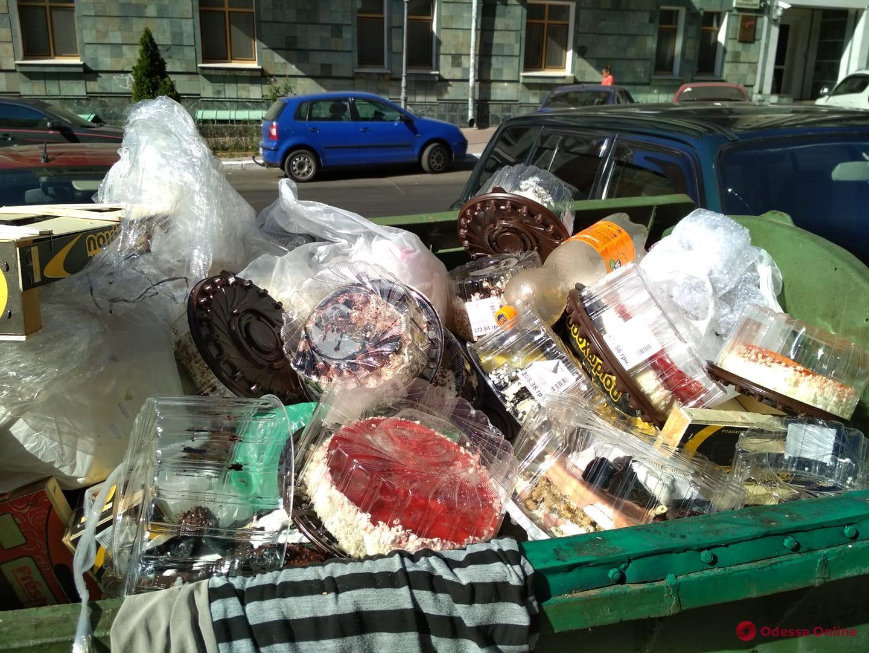 Одесса: элитный супермаркет наполнил мусорный бак тортами (фотофакт)