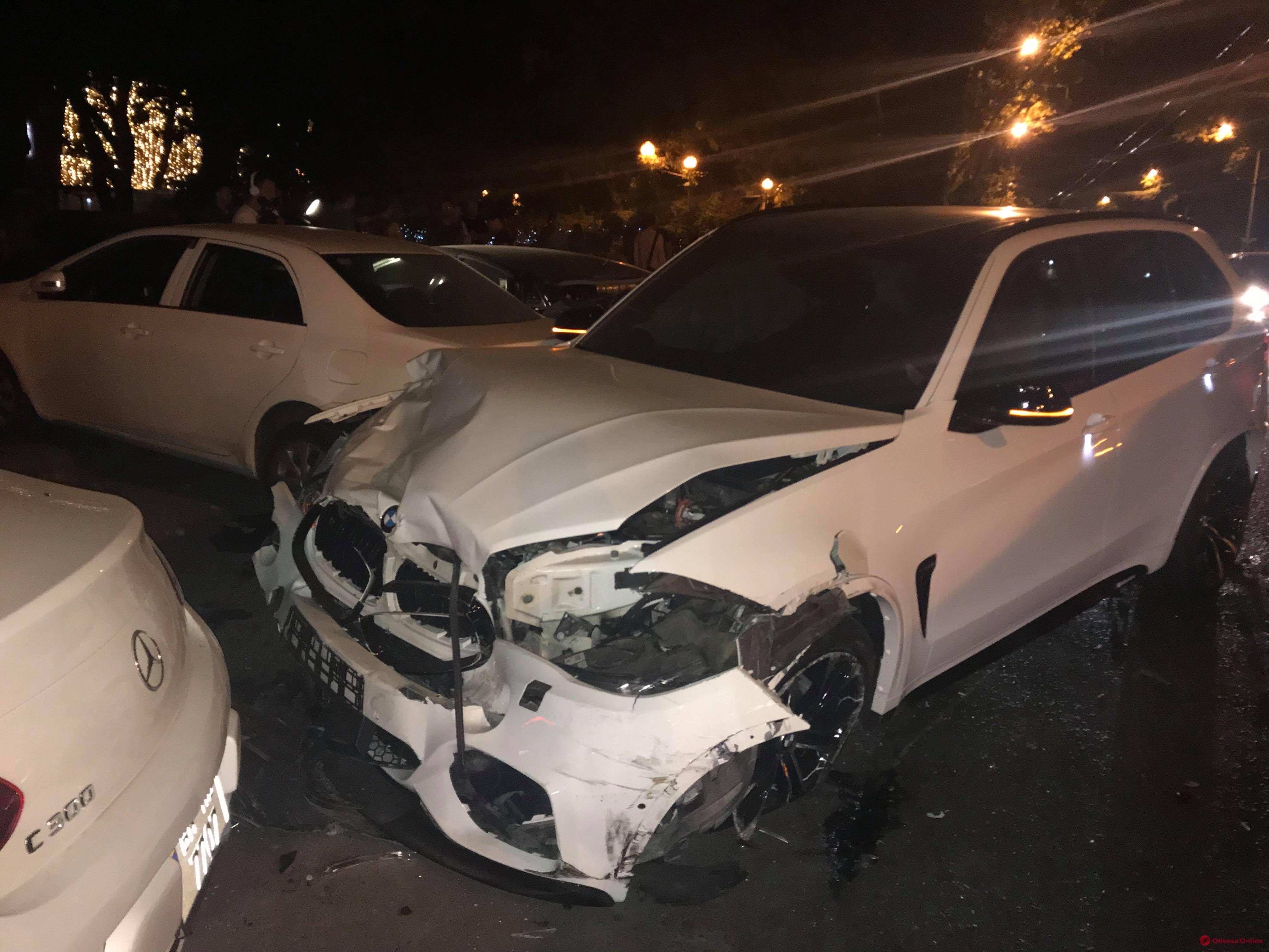 Элитная иномарка разнесла машины на парковке  ресторана (фото, обновлено)
