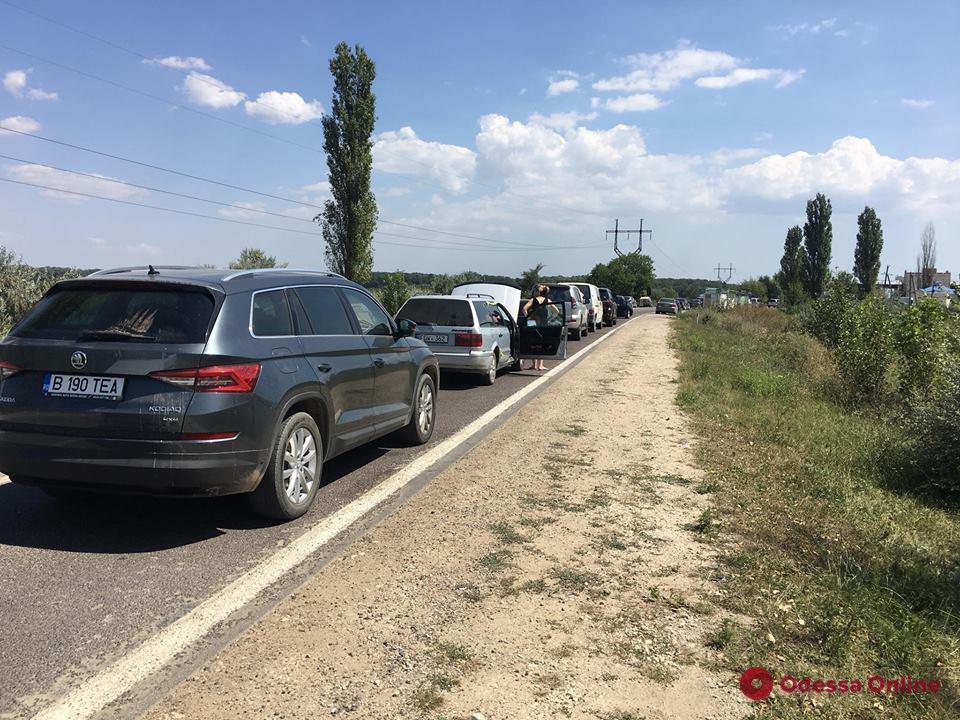 На украинско-молдавской границе километровые пробки (фото)