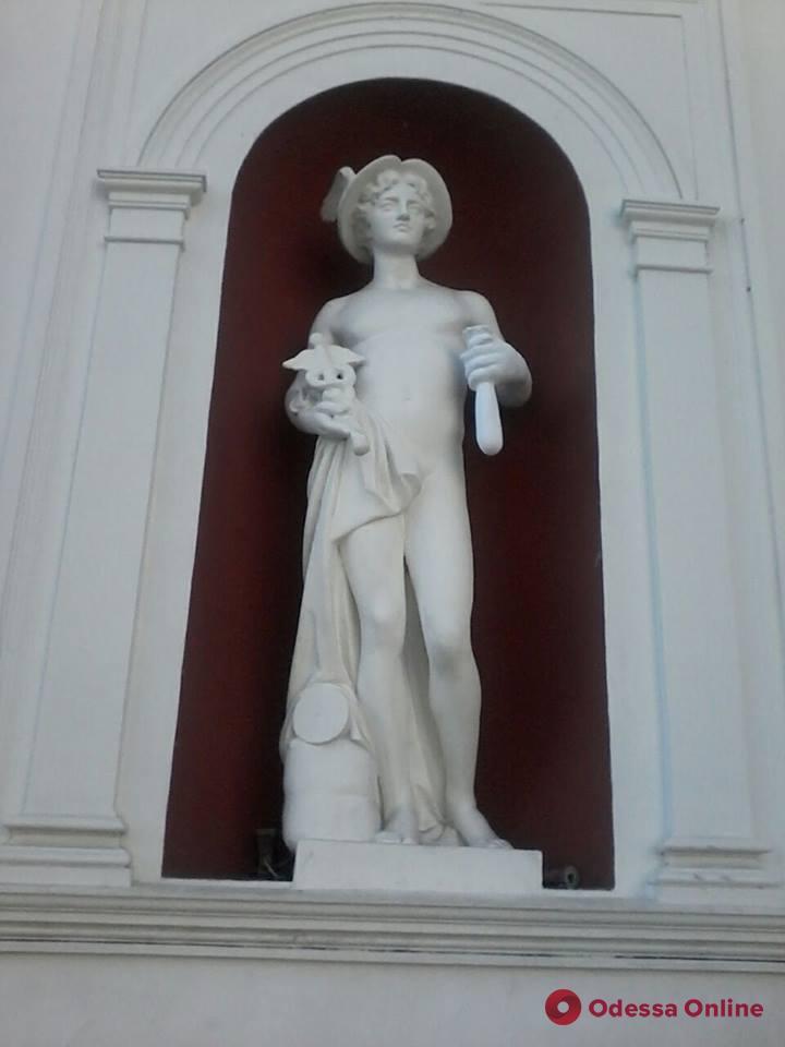 На одесской мэрии восстановили скульптуру Меркурия