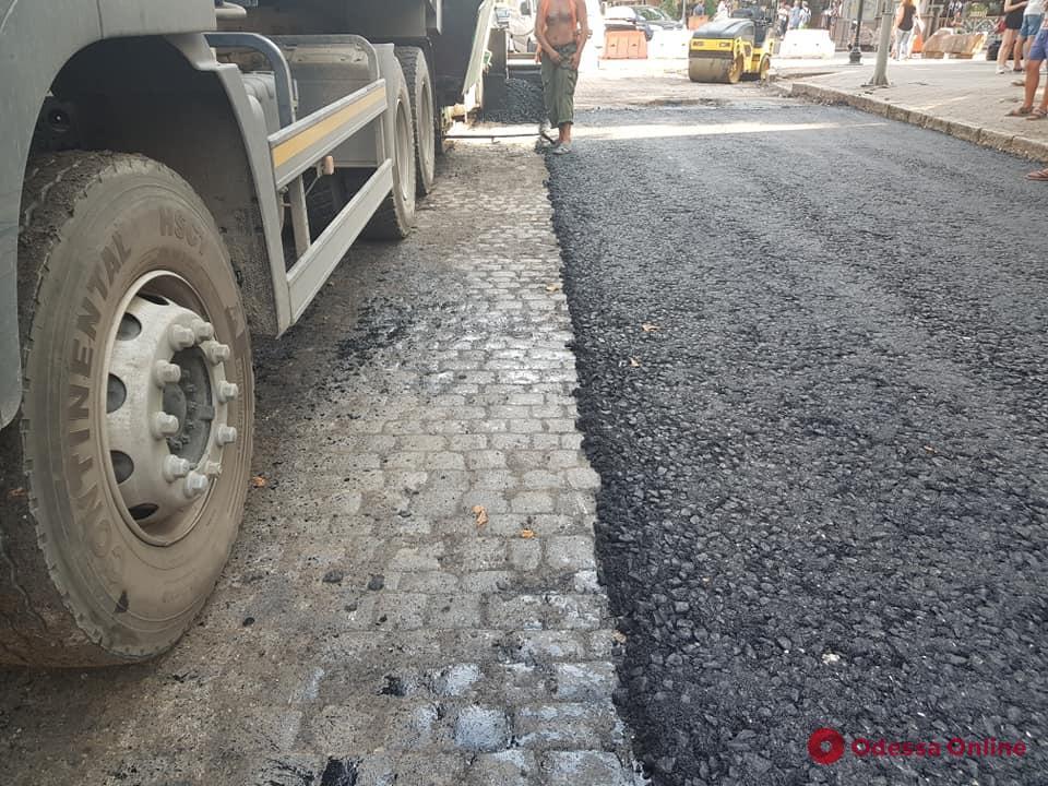 Одесса: при реконструкции на улице Екатерининской нашли итальянскую брусчатку (фото, видео)