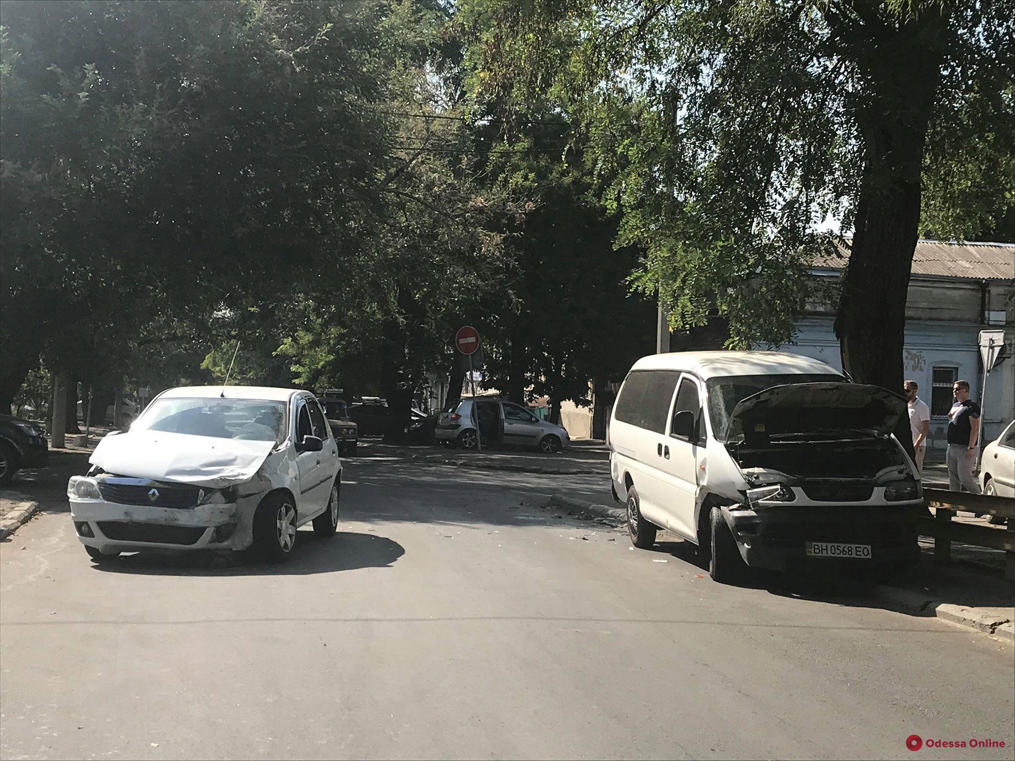 На Молдаванке столкнулись микроавтобус и легковушка