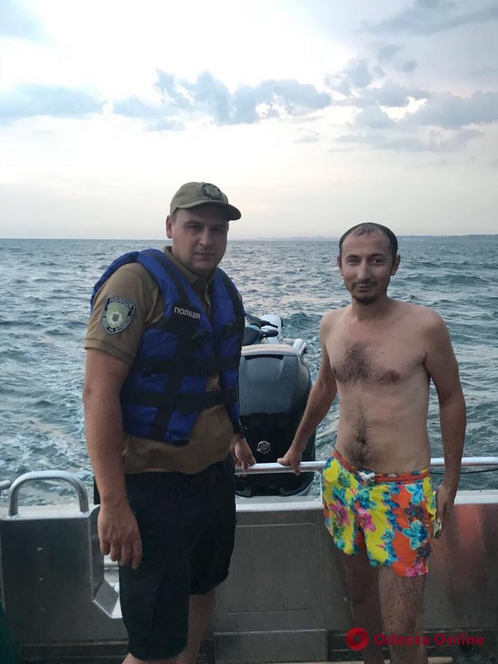 Одесса: полицейские в море спасли мужчину на гидроскутере