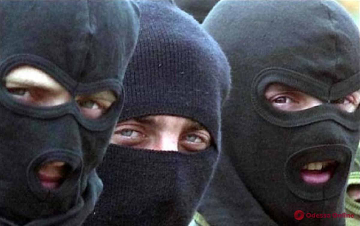 Люди в масках распылили газ в одесском винном магазине и разбили бутылки и оборудование