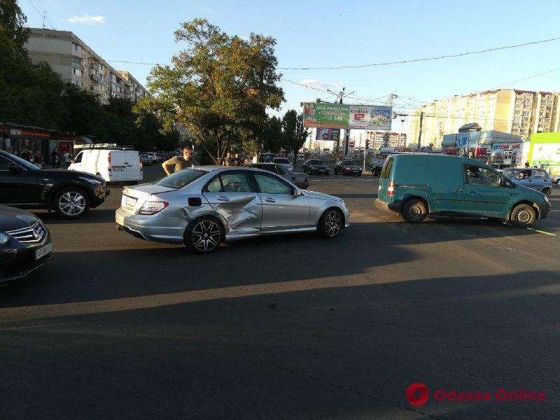 Две легковушки не поделили дорогу на поселке Котовского