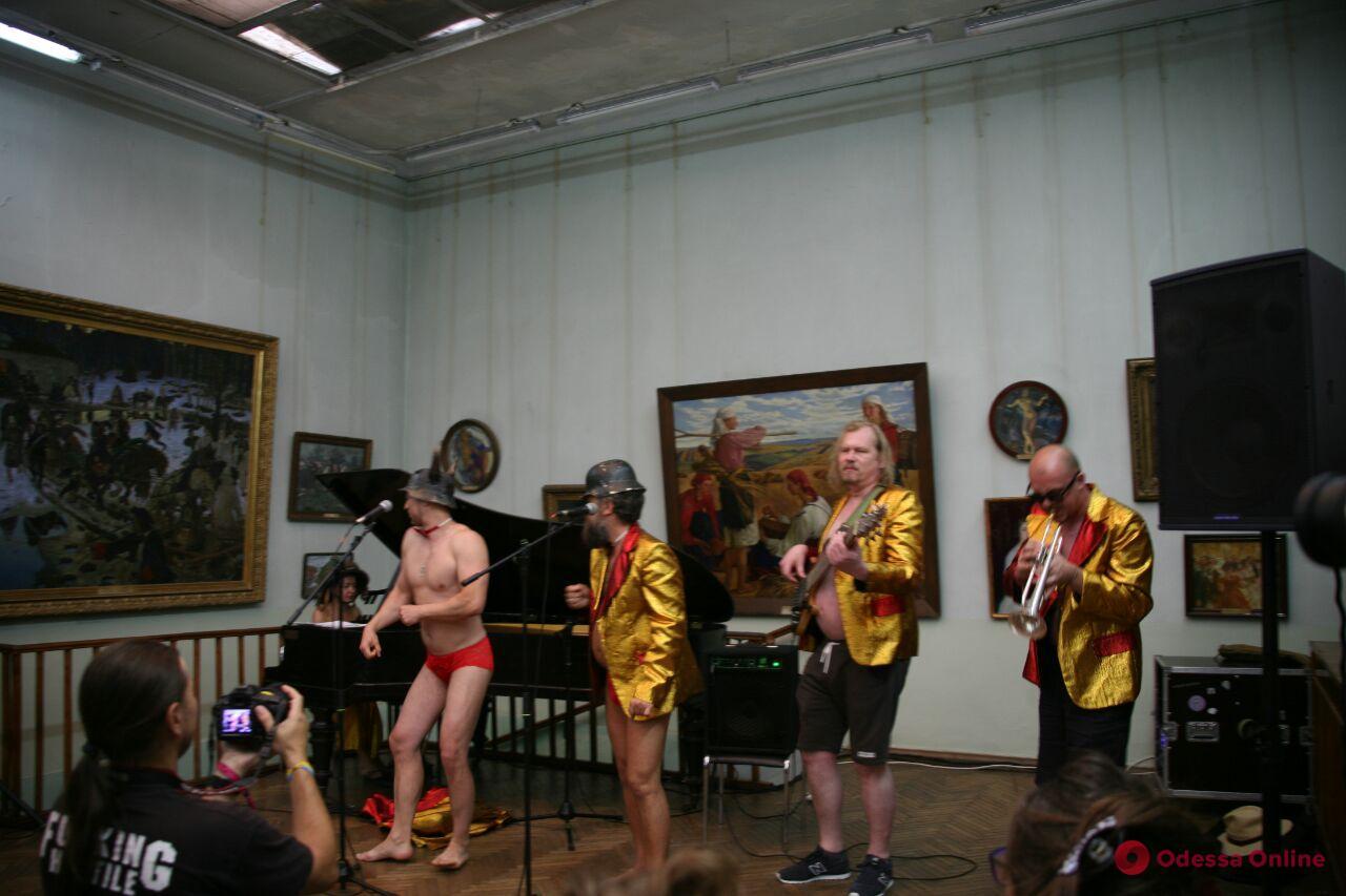 Одобрено губернатором: в Одесском художественном музее выступили полуголые музыканты (видео)