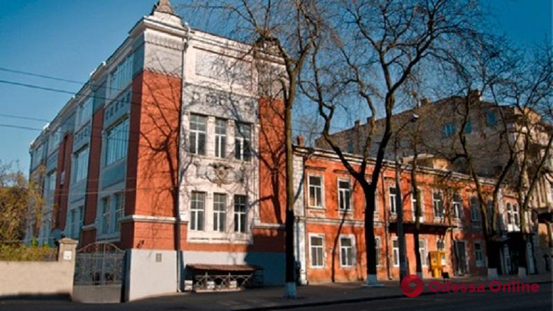 В Одессе рейдеры пытаются захватить худучилище имени Грекова