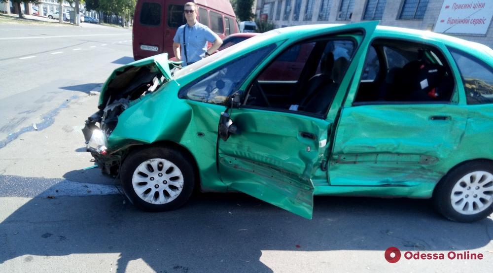 На Мельницкой произошло тройное ДТП: пострадала девушка