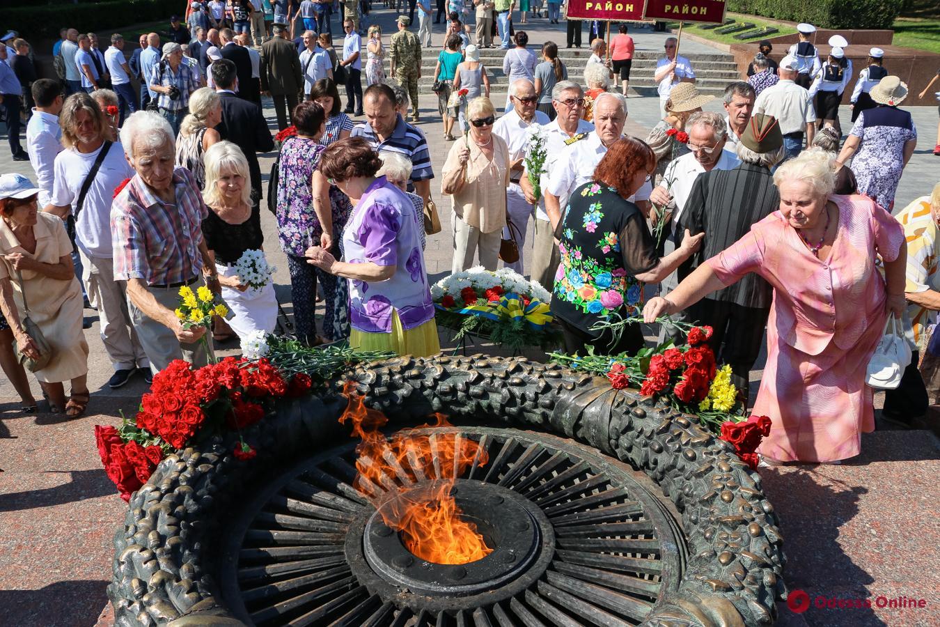 Одесситы возложили цветы к памятнику Неизвестному матросу (фоторепортаж)