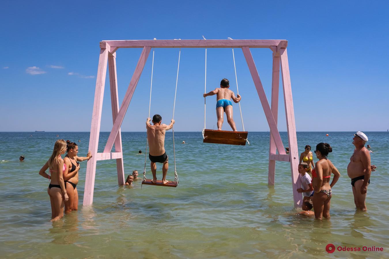 Одесса: в море на пляже установили большие розовые качели