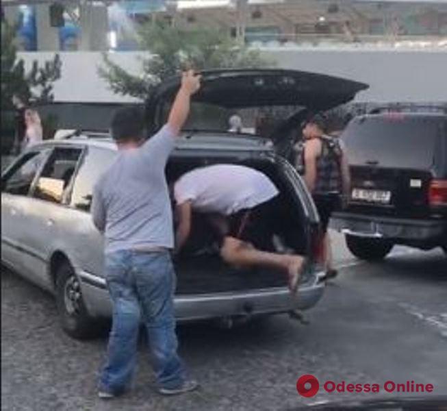 Приметы сезона: одесские таксисты возят пассажиров даже в багажнике (видеофакт)