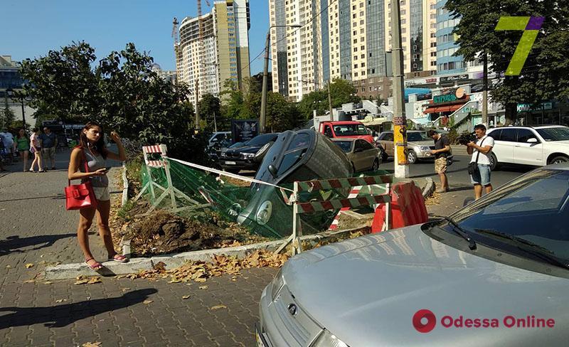 В Одессе на улице Генуэзской в яму провалилась машина