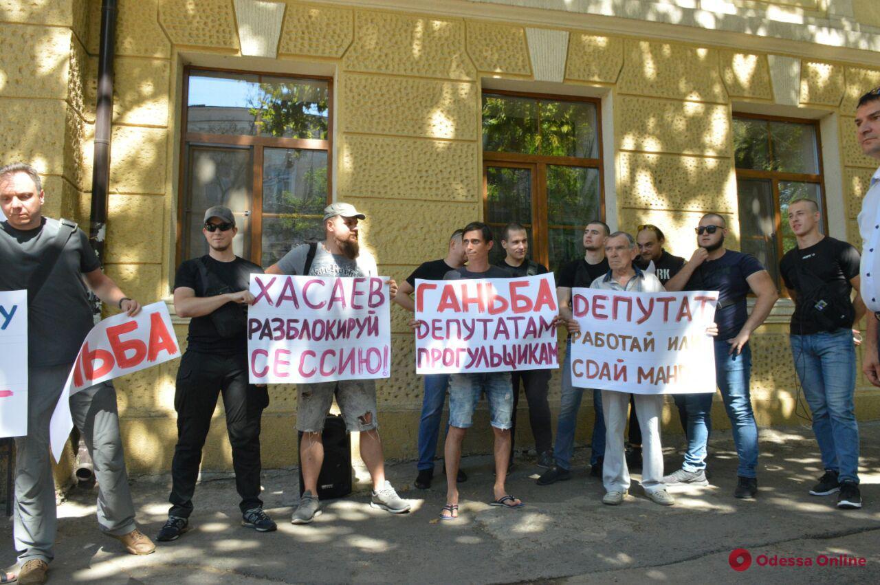 Под Одесским апелляционным административным судом жители Таирово требовали от депутатов работать