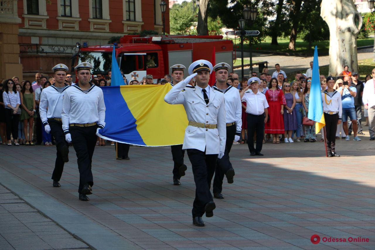В Одессе у здания мэрии торжественно подняли флаг Украины (фото)