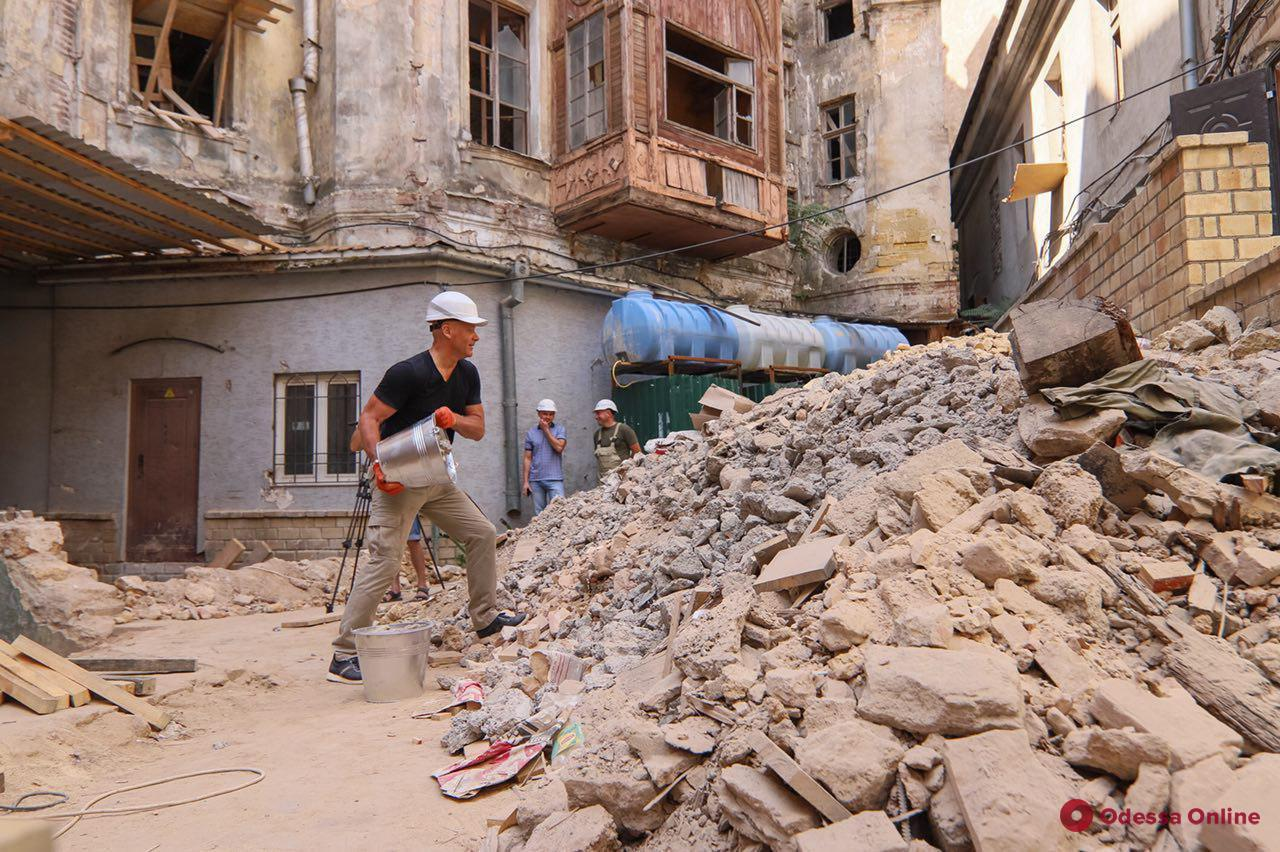 Мэр Одессы вместе с депутатами очищал дом Руссова от мусора и камней (фото)
