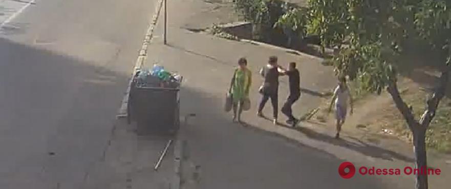 Срывал цепочки: одесская полиция обнародовала видео с камер наблюдения