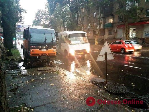 Непогода в Одессе: коммунальщики ликвидируют последствия сильного дождя