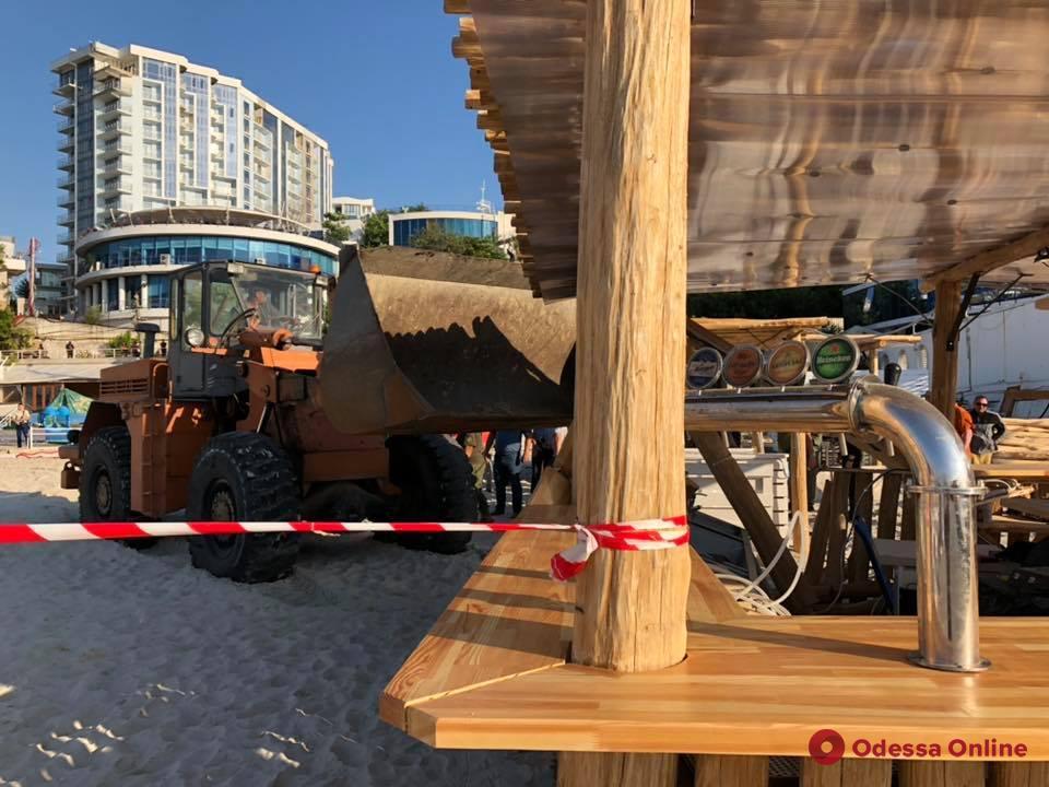 На двух одесских пляжах демонтируют оставшиеся после лета самострои