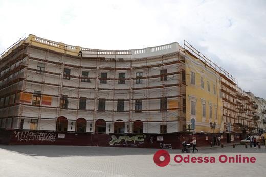 В Одессе на Приморском бульваре реставрируют полуциркульное здание