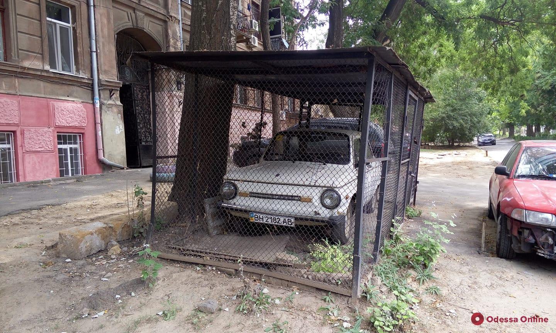 На Молдаванке «посадили» в клетку «Запорожец» (фотофакт)