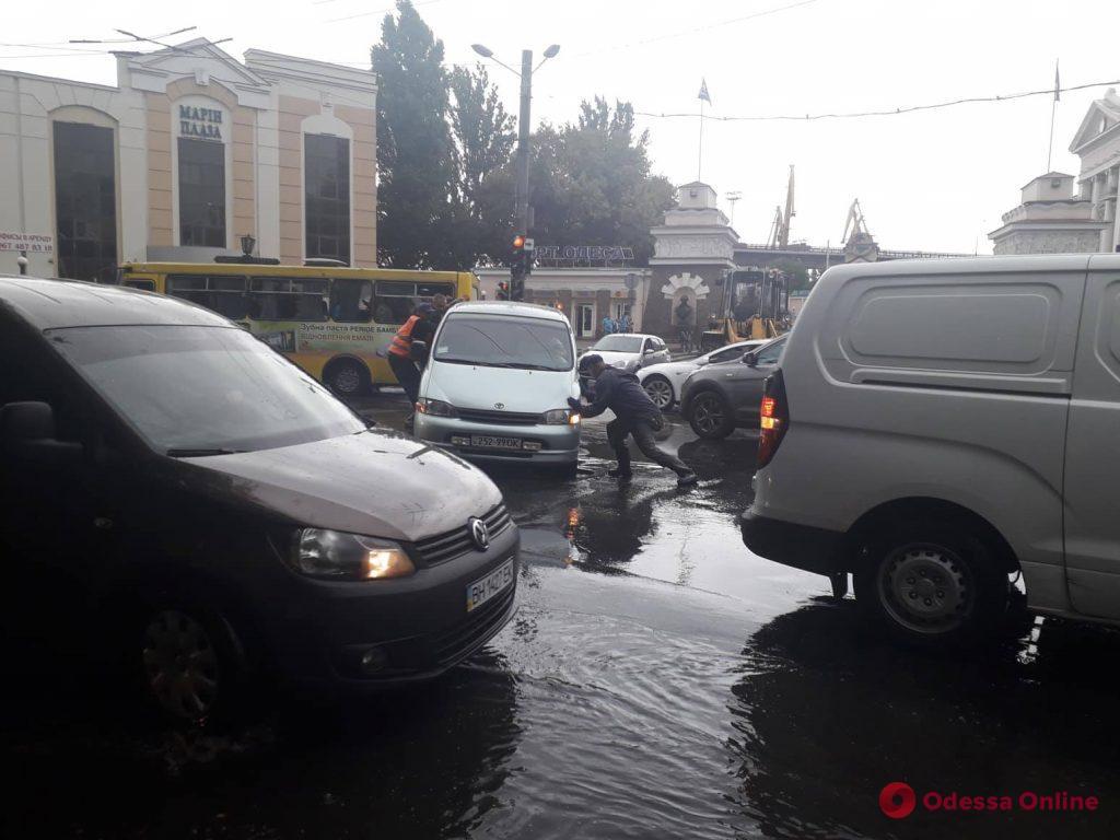 В Одессе на Таможенной площади автомобиль провалился в открытый люк