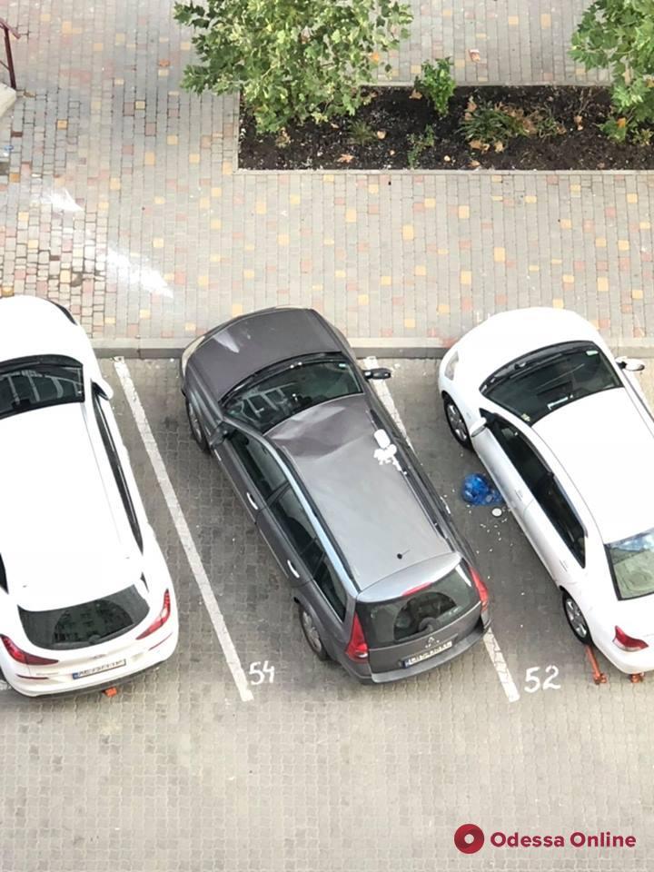 Одесса: выброшенный из окна мусор повредил машину