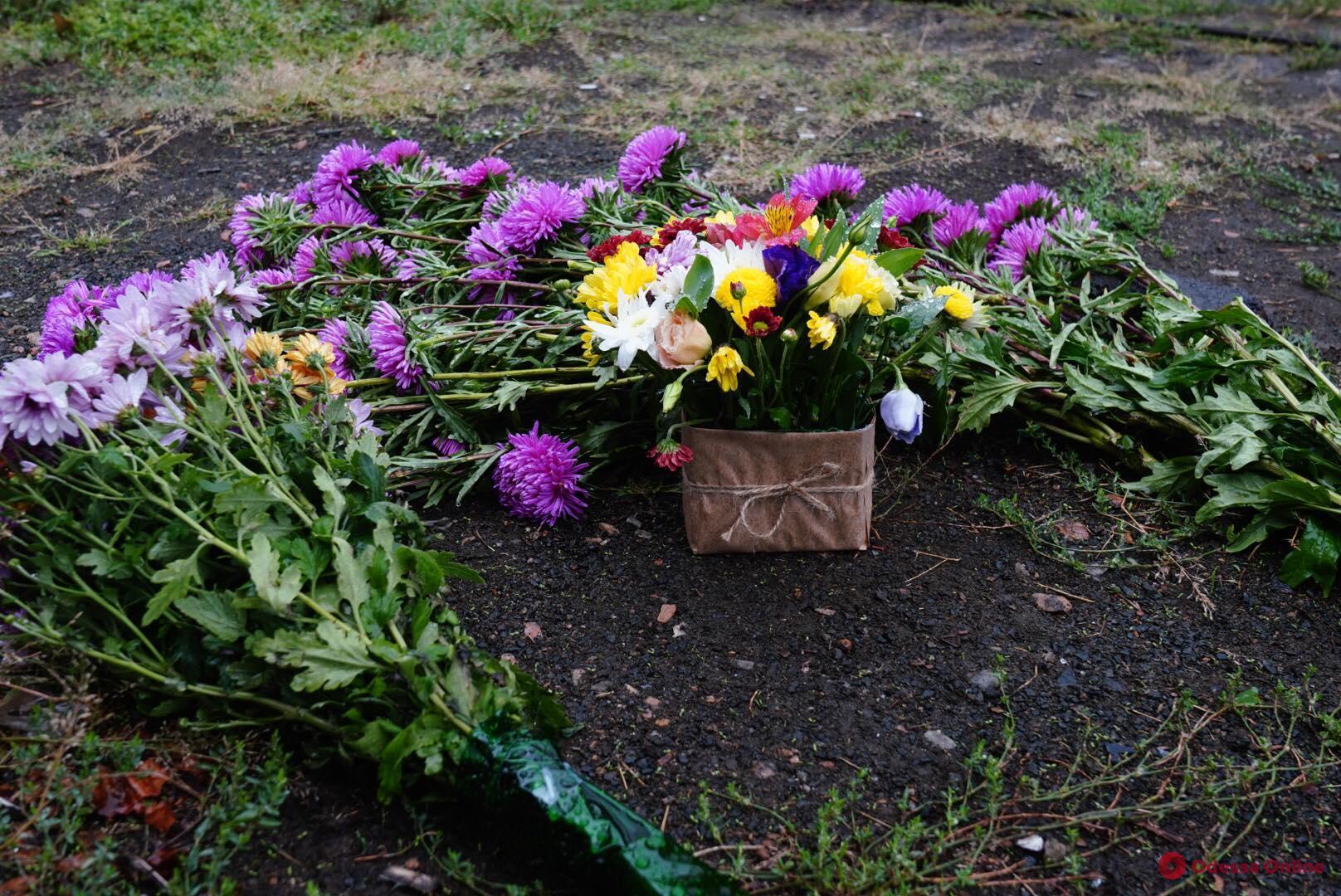 Одесситы несут цветы к месту смертельного ДТП на Фонтане (фото)