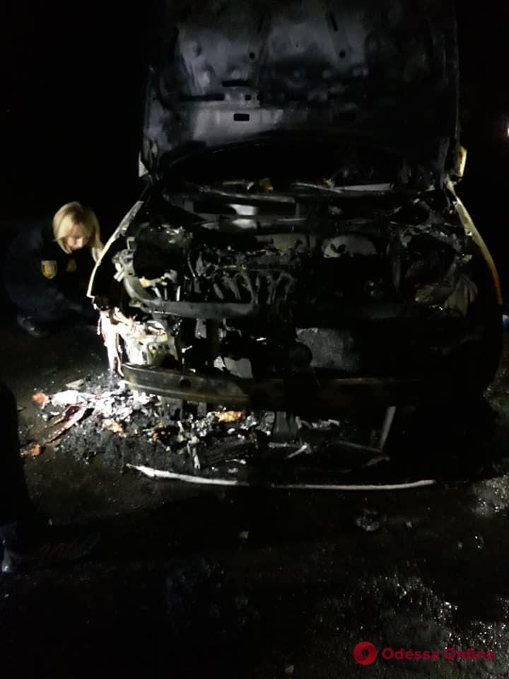 В Одессе на Академика Филатова ночью вспыхнул припаркованный автомобиль (фото)